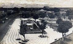 Vista da Praça de Saudade com espelho d'água e estátuas. Década de 70. Manaus. Acervo: Jornal do Commercio.