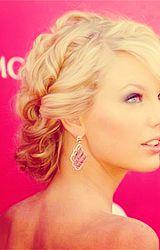 loveeee her hair<3