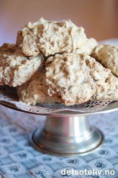 """""""Stygge, men gode"""" er navnet på disse berømte, italienske småkakene. Stygge? Tja, kanskje – men jammen er de gode også! Dessuten er de enkle å lage, siden de rett og slett bare består av marengs som blandes med ristede nøtter. Kakene blir myke inni, og hvis du liker norsk kransekake, vil du nok også falle pladask for disse søte nøttekakene."""