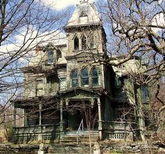 Ideas house architecture old abandoned buildings Old Abandoned Buildings, Abandoned Castles, Old Buildings, Abandoned Places, Spooky House, Creepy Houses, Haunted Houses, Spooky Places, Haunted Places