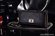 Coque/Housse/Etui pour iphone 6 Chanel camélia sous forme d'un sac en cuir à chaîne -cinque coloris  http://www.jeuxciel.fr/coque-iphone-/137-coquehousseetui-pour-iphone-6-chanel-camelia-sous-forme-d-un-sac-en-cuir-a-chaine-six-coloris-.html