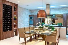 As luminárias de bronze dá um charme no ambiente e a colmeia de vinho ganhou total destaque junto com a parede de pedras.