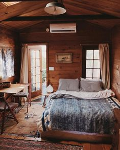 Cabin interiors, cozy cabin и college bedroom decor. Cozy Cabin, Cozy House, Cozy Cottage, Cottage Style, College Bedroom Decor, Cabin Interior Design, Cabin Design, Interior Ideas, Interior Livingroom