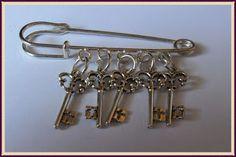 Silvia Jewellery of Style: Spilla argentata ciondoli chiave