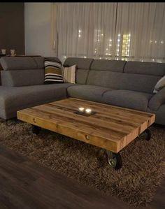 Bekijk de foto van ThisIsCindy met als titel Romantische woonkamer in bruin kleuren met een grijze hoekbank, Houten tafel op wielen en een hoogpolig tapijt.  en andere inspirerende plaatjes op Welke.nl.