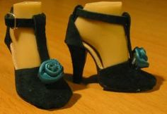 Making Doll Shoe Soles Using Copper Sheet and Leather* *最後に、あなたは靴のかかとが必要です。 木材、粘土、石膏、金属、管状のビーズ、正しい長さと形状を持つものを使用することができます。 かかとのサイズと位置の目安として、実際の靴の写真を使用してください。 かかとを作る例がここにあります。    かかとを靴に接着する。 銅がどこかに見える場合は、塗料を使ってそれを覆うことができます。 他の不完全な部分は、通常、弓、リボン、ビーズなどのようなもので覆うことができます。