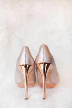 Gorgeous coral and blush pink El Chorro wedding in Paradise Valley, Arizona. Rose gold pumps for the bride.