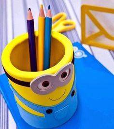 DIY minion craft ideas are so much fun, for both kids and adults. Create your minions in the way you like.Make the minions crafts, penholder, planter, etc. Minions Diy, Minion Craft, Cute Minions, Minion Cup, Crochet Minions, Foam Crafts, Crafts To Make, Crafts For Kids, Diy Crafts