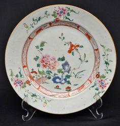 Prato Companhia das Índias. Séc. XVIII, Famille Rose, medindo 23 cm de diâmetro.