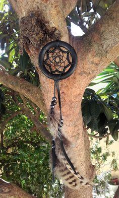 Attrape-rêves noir - bois - perles de verre et plumes - ref: DC 160503 de la boutique IndianHeritageArts sur Etsy
