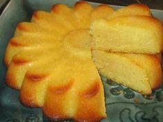 FONDANT AU CITRON 150 gr de beurre mou 150gr de sucre semoule 4 œufs 200gr de farine 1 sachet de levure 1 citron 1 yaourt. Préparation: Dans un saladier, travailler le beurre mou avec le sucre Ajouter les œufs, et le yaourt et mélanger Râper le citron et l'ajouter au mélange avec le jus de citron Ajouter la farine et la levure.Mélanger Verser dans un moule beurré . Mettre au four, 180°, 30mn.