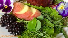 Sommer-Smoothie mit Wildkräutern, Brombeeren und Pfirsichen - Das Rezept gibt's unter www.energiekueche.de Smoothie, Plum, Healthy Recipes, Fruit, Food, Blackberries, Peach, Summer Recipes, Rezepte