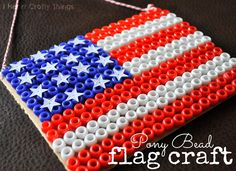 I Heart Crafty Things: Pony Bead Flag Craft for of July. This might also work for Perler beads (fuse beads). 4th July Crafts, Patriotic Crafts, Patriotic Flags, Pony Bead Patterns, Beading Patterns, Stitch Patterns, American Flag Crafts, Pony Bead Crafts, Fuse Beads