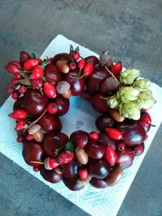 My first chestnut wreath ever Diy Wreath, Wreaths, Fall Decor, Flower Arrangements, Diy And Crafts, Cherry, Fruit, Halloween, Flowers