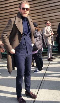【最新PITTIスナップで紐解く、伊達男たちの装いのポイント】1月中旬にフィレンツェで開催された世界最大規模の紳士服見本市PITTI UOMO。来場者のファッションスナップを織り交ぜつつ彼らの装いをご紹介。気になる3つのポイントとは?詳しくはこちらにて。 #mensfashion #coordinate #pittiuomo #fashionsnap #mensselectshop #hikoginza #hiko銀座 #ピッティウォモ #コーディネート #ファッションスナップ #最高級セレクトショップ #メンズファッション #着こなし #アズーロエマローネ