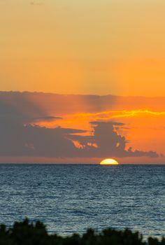 Beautiful sunset over Kaanapali Beach in Maui, Hawaii