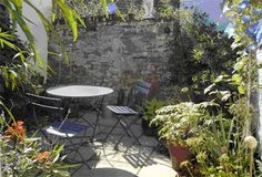 Small courtyard garden with seating area design and layout 70