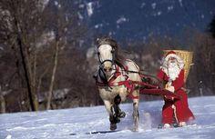 Weihnachtsmann auf Skiern vom Pferd gezogen, jetzt bestellen auf kunst-fuer-alle.de