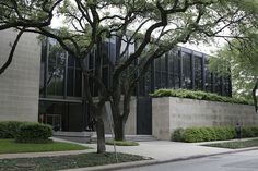 Completed in 1974 in Houston, United States. After completing a master plan for the site in Ludwig Mies van der Rohe was commissioned by The Museum of Fine Arts Houston to do two additions. Museum Of Fine Arts, Art Museum, Illinois, Plan Maestro, Houston Museum, Church Building, Building Ideas, Arch Architecture, Ludwig Mies Van Der Rohe