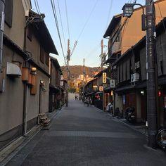 🇯🇵京都祇園の夕暮れ。  In the evening in Gion in Kyoto.  #kyoto #evening #gion #street #houses #japan #япония #ญี่ปุ่น #일본  #日本 #การเดินทาง #travel #viajeros #trip #japantrip #voyage #ayodolan #japantravel #jepang #اليابان #旅游 #Ausflug #jalan2 #путешествия #f4f #国内旅行 #京都 #祇園 #路地 #歴史