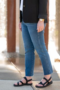 Straight Leg Jeans with Sport Sandals Blazer With Jeans, Knit Blazer, Long Blazer, Blazer Suit, Black Suits, Black Blazers, Fall Wardrobe Essentials, Blazer Outfits For Women, Autumn Winter Fashion