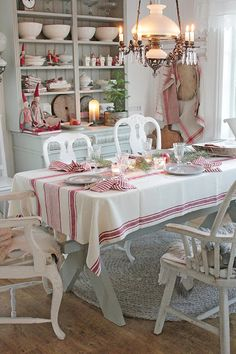 Holiday table inspiration from The Café and around the web. Lots of simple, inexpensive and unique ways to create a beautiful tablescape. Christmas Kitchen, Country Christmas, All Things Christmas, Christmas Home, Christmas Holidays, Christmas Decorations, Table Decorations, Tartan Christmas, Vibeke Design