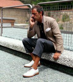 The Sartorialist // white brogues The Sartorialist, Sharp Dressed Man, Well Dressed Men, Fashion For Men Over 50, White Dress Shoes, Suit Fabric, Dapper Gentleman, Stylish Men, Men Dress