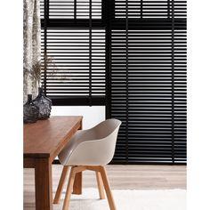 Jaloezie HETTY op maat van 95 % hout en 5% zwart aluminium. Breedte lamel: 50mm. #kwantum #raamdecoratie #jaloezie #raamdecoratieopmaat #raambekleding #raam #interieur #wonen