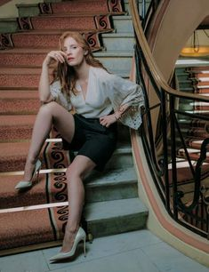 Jessica Chastain showing off her long legs sitting on the stairs in sky high heels Jessica Chastain, Red Hair Inspiration, Revealing Dresses, Actress Jessica, Gillian Anderson, Rachel Weisz, Mary Elizabeth, English Actresses, Portraits