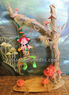 Duende jugando. Duende articulado de 18cm., con hamaca realizada con troncos y detalles de enredadera y hongos. www.tirnanogduendes.com.ar
