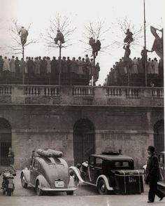 Una partira di calcio all'Arena Civica nel Parco Sempione. Quasi certamente la foto è dei primissimi anni del Dopoguerra 1946-49 quando l'Inter giocò ancora all'Arena al posto che a San Siro. Anche il Milan giocò parecchie partite all'Arena. Sin dalla fine degli anni '30 vennero montati degli spalti supplementari all'Arena che portarono la capienza a oltre 60.000 spettatori. In primo piano due auto con i bomboloni pieni di metano tipici del periodo 1943-1950. #milano #milan #igersitalia…