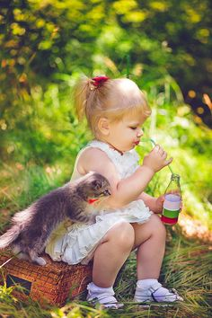 Shared by CICA. Find images and videos about cat and baby on We Heart It - the app to get lost in what you love. Precious Children, Beautiful Children, Beautiful Babies, Little People, Little Ones, Little Girls, Animals For Kids, Baby Animals, Cute Animals