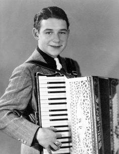 """Paul Kuhn, 1928 - 2013, Paul Kuhn, war ein Vollblutmusiker. Er wurde vor allem als """"Mann am Klavier"""" und mit Unterhaltungsliedern wie """"Es gibt kein Bier auf Hawaii"""" bekannt. Dem Jazz und dem Schlager gehörte seine Leidenschaft. Schön als junger Mann unterhielt er mit Schlagern und mit Akkordeon in einer Kneipe in Wiesbaden. Stichworte: #Accordion #Player #Vintage #Photography"""