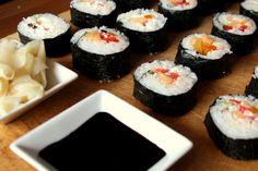 sushi maki z suszoną śliwką