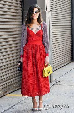 Коктейльное красное платье с жакетом в горизонтальную полоску