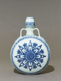 Blue-and-white moon flask or bianhu, Yongle period, 1403 - Ming Dynasty - Jingdezhen kilns, porcelain Crafts For 3 Year Olds, Arts And Crafts For Adults, Easy Crafts For Kids, Arts And Crafts Projects, Crafts To Do When Your Bored, Subject Of Art, Art Fund, Blue And White China, Create And Craft
