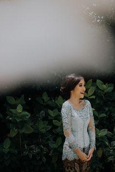 Lamaran Bertema Biru ala Szara dan Rendy di Raffles Hills Cibubur - Kebaya Hijab, Kebaya Bali, Batik Kebaya, Kebaya Dress, Kebaya Muslim, Wedding Picture Poses, Wedding Poses, Malay Wedding Dress, Wedding Dresses