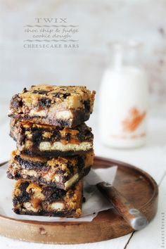 Twix + Choc Chip & Fudge Cookie Dough + Cheesecake Bars via Bakers Royale i just want food Chocolate Fudge Cookies, Twix Cookies, Chocolate Chip Cookie Dough, Cookies Et Biscuits, Twix Chocolate, Chocolate Tarts, Beaux Desserts, Fun Desserts, Delicious Desserts