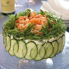 En vacker och läcker smörgåstårta passar att servera när man vill bjuda riktigt festligt, till exempel under nyårshelgen.