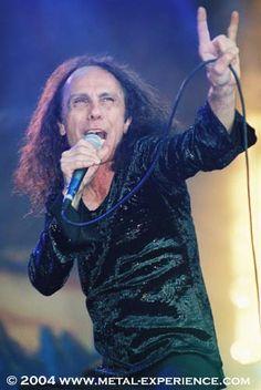 in senso negativo, é un gesto offensivo per l´uomo, nella musica heavy metal é sinonimo di passione, felicitá e follia.
