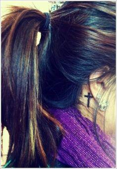 einen Kreuz als Tattoo hintem Ohr