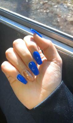 issa nail look 😌✨ chamberlain aesthetic nails Royal Blue & Gold 👑💙 Blue Gold Nails, Royal Blue Nails, Gold Acrylic Nails, Acrylic Nail Designs, Nail Art Designs, Cute Nails, Pretty Nails, Summer Gel Nails, Stylish Nails