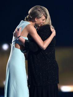 Pin for Later: Taylor Swift teilt einen emotionalen Moment mit ihrer Mutter