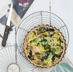 This egg-free vegan broccoli quiche recipe uses tofu instead for a healthy, low-fat vegan breakfast dish. The mushrooms and broccoli can be replaced with other vegetables. Broccoli Curry, Broccoli Quiche, Quiche Dish, Cheese Quiche, Frittata, Low Fat Breakfast, Breakfast Dishes, Vegan Breakfast, Breakfast Ideas