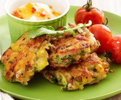 These zucchini and corn fritters are light, fluffy and fresh and are a great meal for children or as a light meal for adults. Serve with crispy bacon for a delicious dinner. Vegetarian Recipes, Cooking Recipes, Healthy Recipes, Weekly Recipes, Corn Recipes, Bacon Zucchini, Zucchini Slice, Savoury Slice, Corn Cakes
