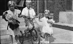 Fotografía negativo ~ familia 1930 ~ niños ~ ciclismo ~ muñecas ~ Americana