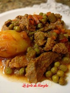 Stew with potatoes and peas - Spezzatino con patate e piselli - In Cucina con. Italian Meat Dishes, Italian Meats, Italian Recipes, Mexican Food Recipes, Mince Recipes, Pork Recipes, Cooking Recipes, Italian Catering, One Pot Dinners