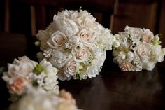 Bouquets with white peonies, white freesia, ivory roses and white bouvardia. Event Planner : Wedding Italy. Photography : Carlo Carletti.