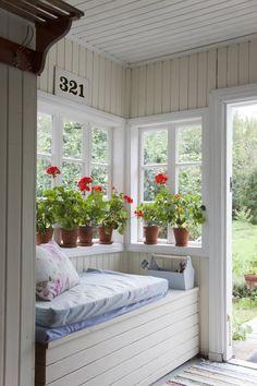 Ikkunapenkille on aina käyttöä. Sen kätköihin voi piilottaa valtavan määrän tarpeellista eteisen tavaraa, kenkiä, hanskoja tai vaikkapa puutarhatyökaluja.