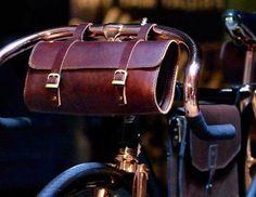 Μια δερμάτινη θήκη-τσάντα για το ποδήλατο, στην οποία μπορεί να μεταφέρεις όλα όσα είναι απαραίτητα μέσα στην πόλη. Από κινητό, βιβλίο, μικροαντικείμενα και εργαλεία είναι μια λύση πρακτική και συνάμα στιλάτη. Όπως η Jefferson Handle